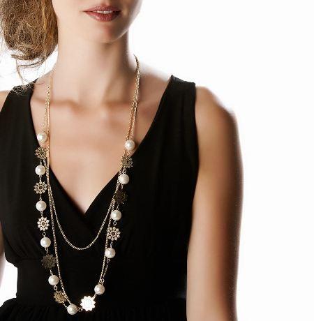 Beyaz incili bayan uzun kolye modeli